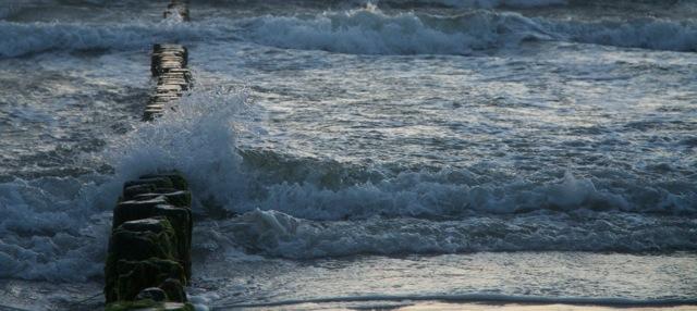 Heute morgen blies der Sturm hohe Wellen in die Brandung - und alle Wolken weg.